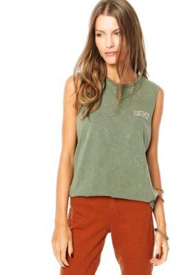 Regata RVCA Doa Verde, com lavagem jateada e estampa da marca localizada. Decote arredondado e alças médias.Confeccionada em malha 100% algodão.Medidas: Ombro: 9cm/ Busto: 88cm/ Comprimento: 70cm. Tamanho: P. Medidas da Modelo: Altura 1,72m / Busto: 83cm / Cintura: 58cm / Quadril: 87cm.