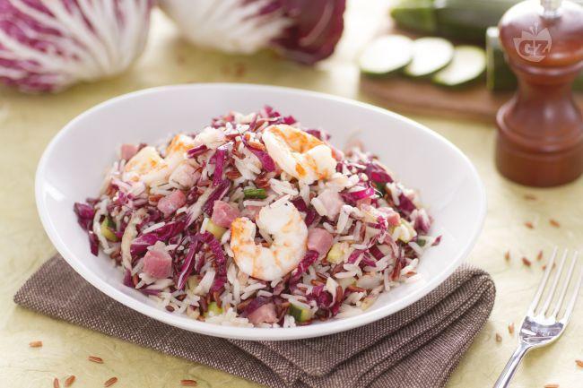 L'insalata di riso basmati e rosso è un fresco piatto unico preparato con la varietà di riso rossa, verdure, mazzancolle e cubetti di pancetta.