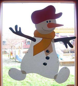 Een vrolijke sneeuwpop op het raam