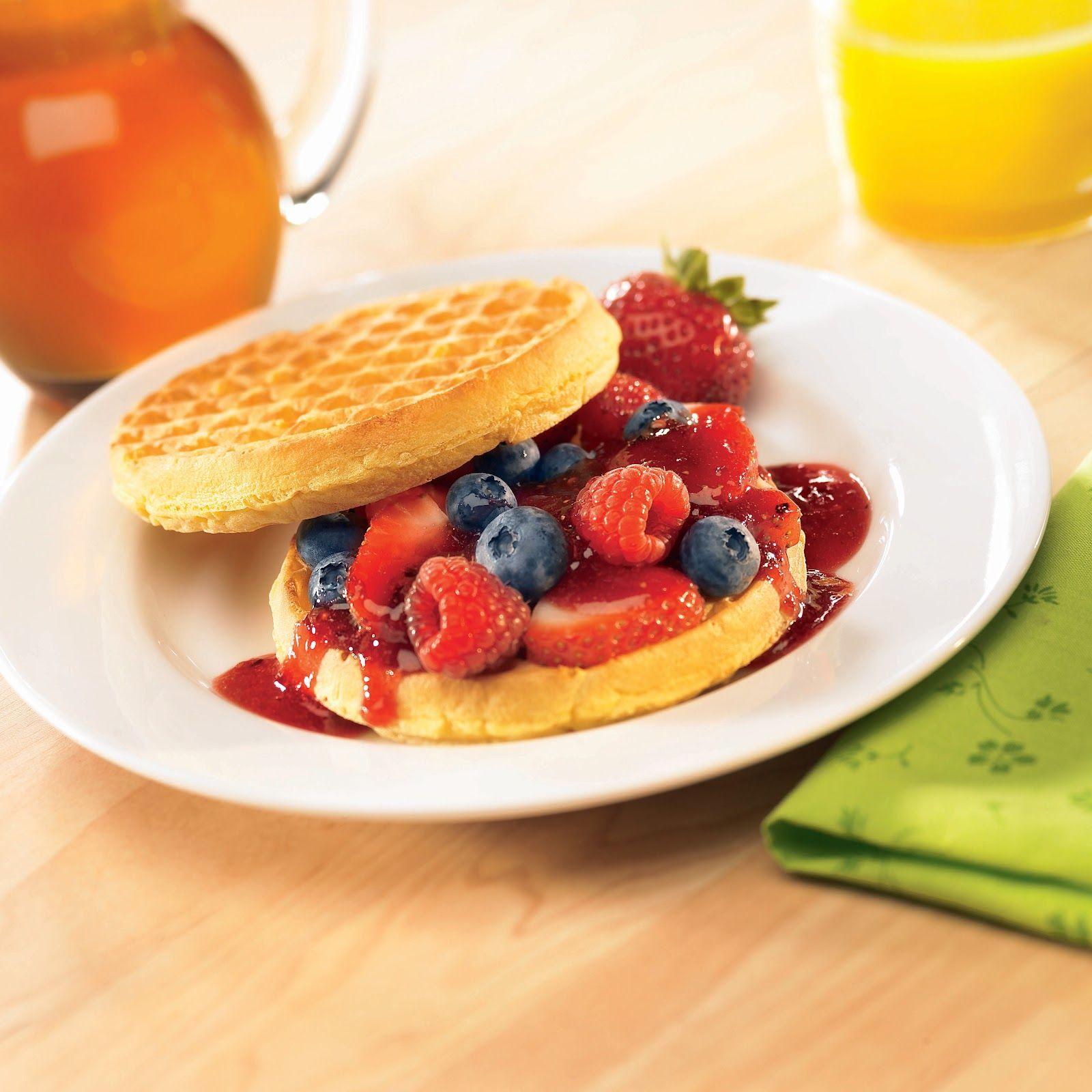 Irresistible combinación de waffle con trocitos de cereza, acompañado de frutos rojos seleccionado y salsa de fresa... ¡Imposible Resistirse!