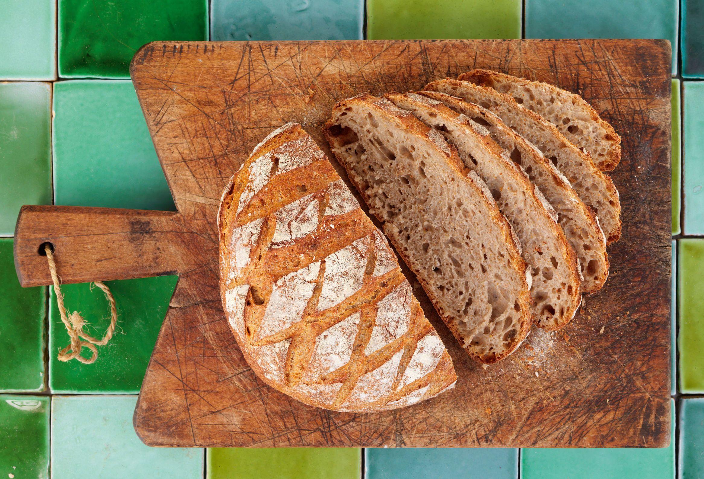 Grovt surdeigsbrød av grov hvete og rug har surdeig som hever brødet naturlig over lang tid. Det gir smakfullt og sunne brød, og du slipper å tilsette gjær.
