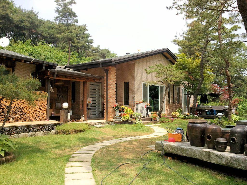 잘꾸민 정원의 아름다운 조화된 산아래 전원주택 농가 리모델링 시골 주택 전통 주택