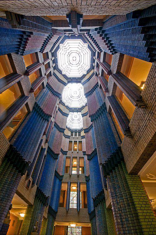 Kleurrijke Baksteenarchitectuur In De Centrale Hal Van Het Hoechst Gebouw In Frankfurt Ontworpen Door Peter Behre Architecten Moderne Architectuur Architectuur