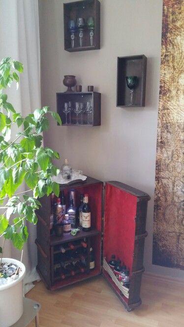 Kofferbar mit Regalen aus Weinkisten