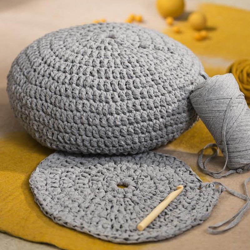 crocheter une housse de pouf coussin au crochet pinterest pouf rond pouf et pouf en crochet. Black Bedroom Furniture Sets. Home Design Ideas