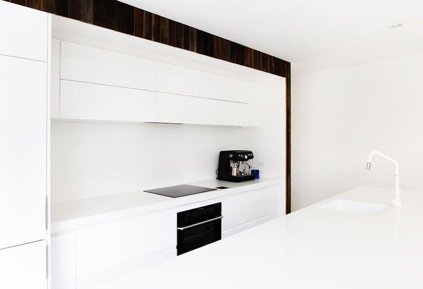 Die Küche ist durch seine große Insel und alle weißen Färbung, mit ...