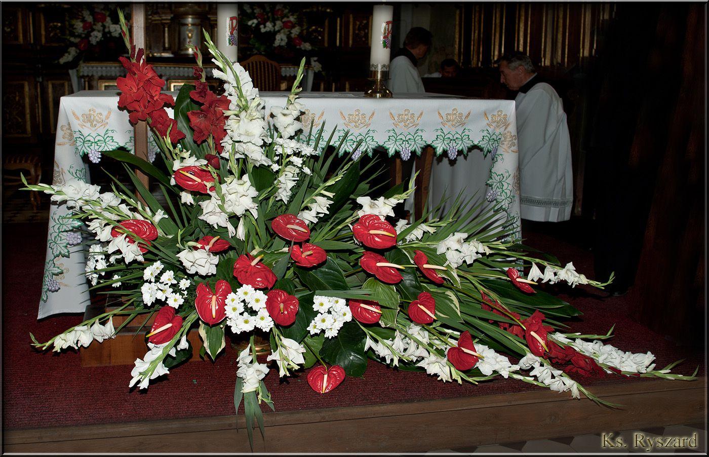 Oltarz Glowny W Kosciele Sw Wawrzynca W Zolkiewce Tropical Flower Arrangements Flower Arrangement Designs Large Flower Arrangements
