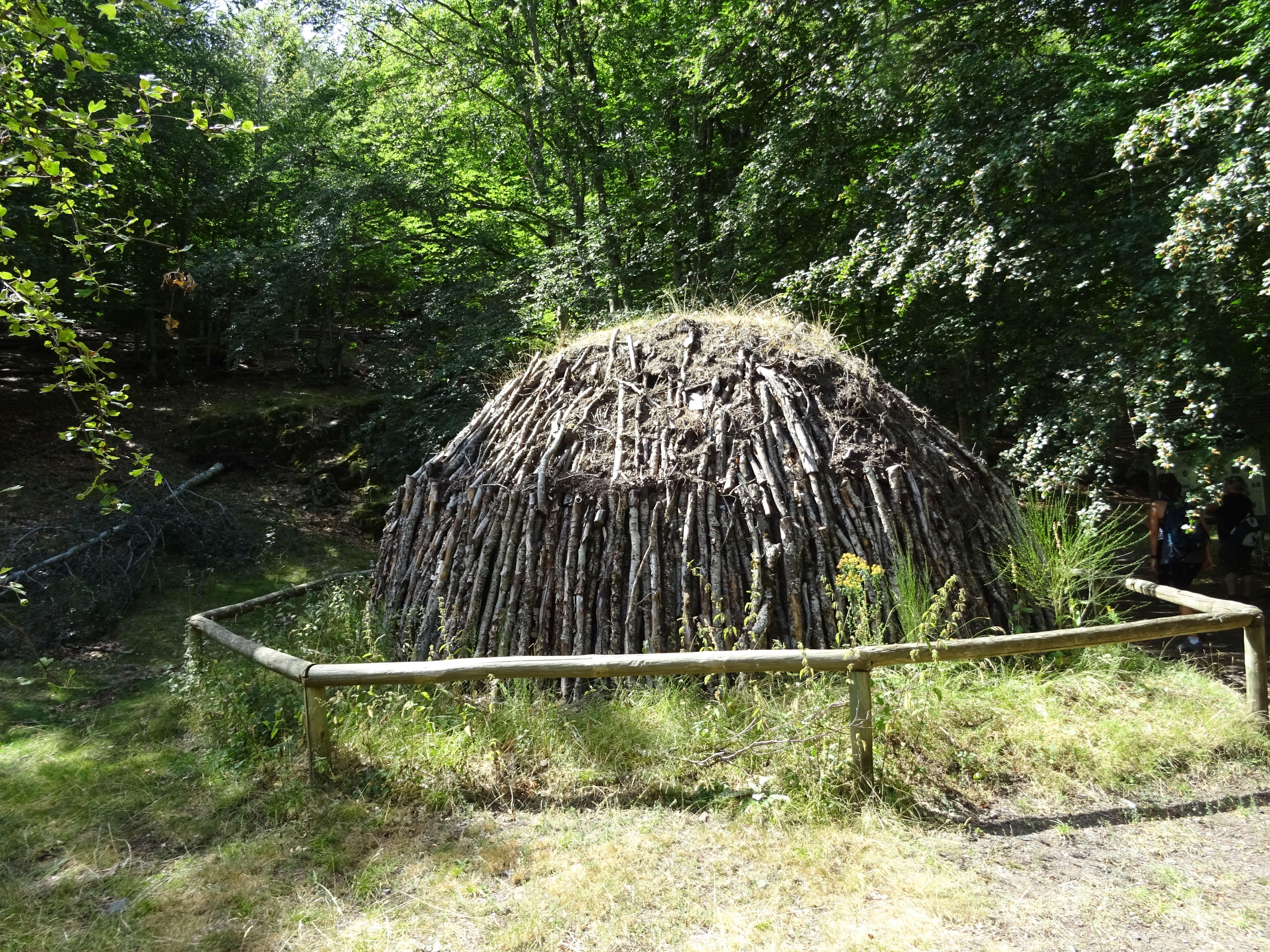 Una carbonera eran troncos de madera de roble y haya que se apilaban dejando un agujero en el centro, se cubrían de tierra y se prendía un fuego en el agujero central. Ese hueco se tapaba dando lugar a combustiones muy lentas que producían carbón