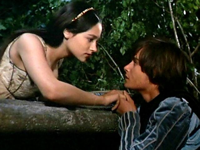 Romeo juliet about to kiss on balcony 1968 romeo and for The balcony film