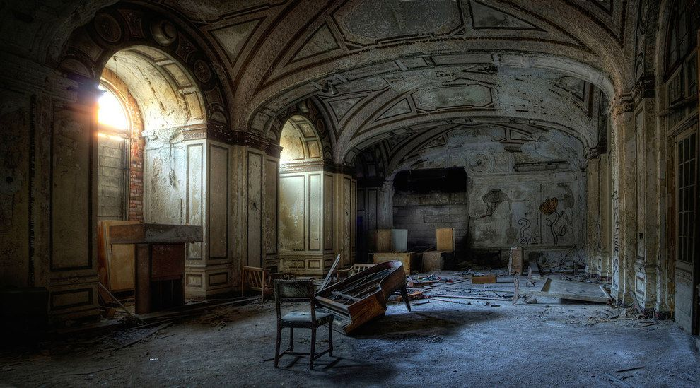 Photographer Captures The Haunting Beauty Of Abandoned Hotels - Photographer captures abandoned worlds time forgot