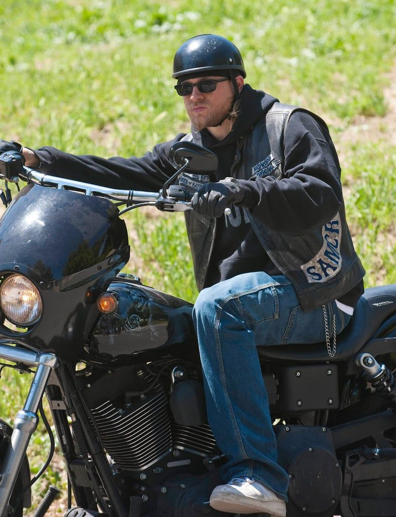 25 Pictures Of Charlie Hunnam On Sons Of Anarchy That Are Nothing Short Of Badass Charlie Hunnam Sons Of Anarchy Sons Of Anarchy Tara