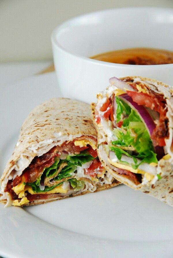 Wrap : oignon rouge, bacon grillé, salade, oeuf et sauce salade !