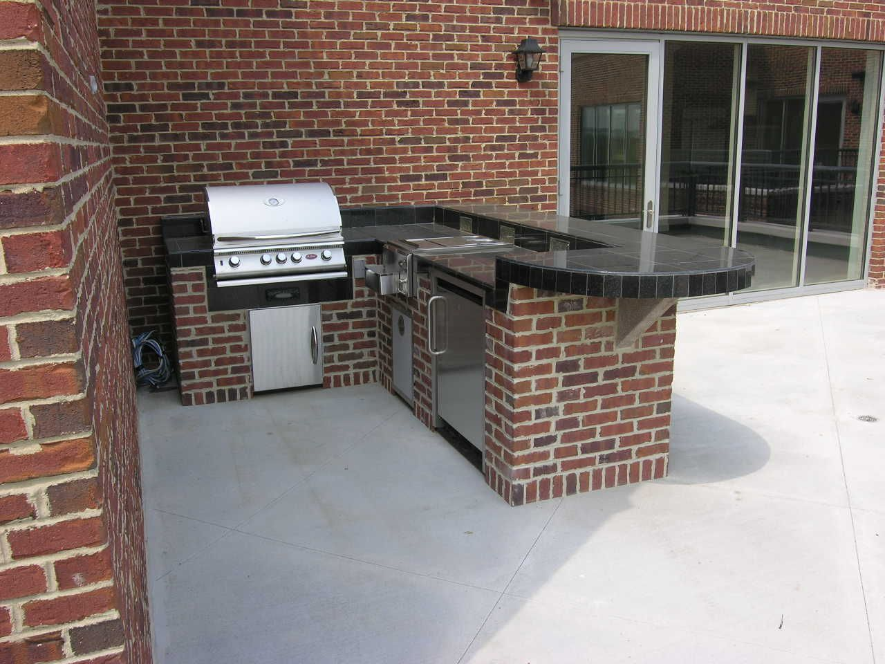 L Shaped Brick Outdoor Kitchen With A Grill Refrigerator And Burners This L Shaped Outdoor Kitchen Is Perfect Fo Outdoor Kitchen Backyard Kitchen Brick Bbq