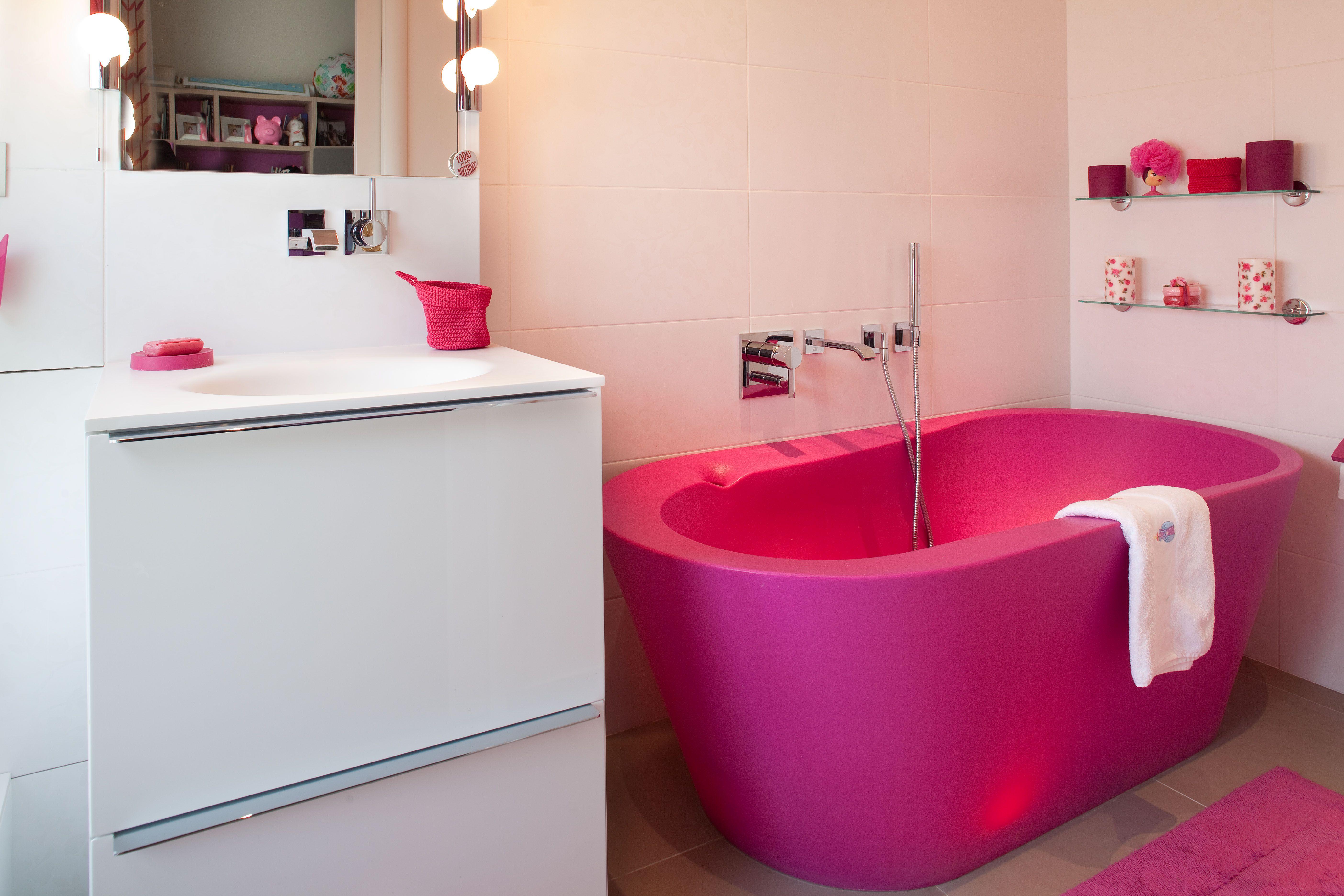 Salle De Bains Pour Jeune Fille Avec Baignoire Lumineuse Rose Fuchsia. A  Retrouver Sur Www.christiansen Design.com