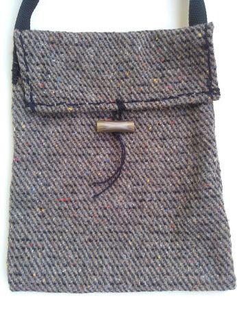 b99ef712fad Χειροποίητη τσάντα ώμου από μάλλινο ύφασμα ραμμένο στο χέρι. Καπάκι στο  κλείσιμο και δέσιμο σε