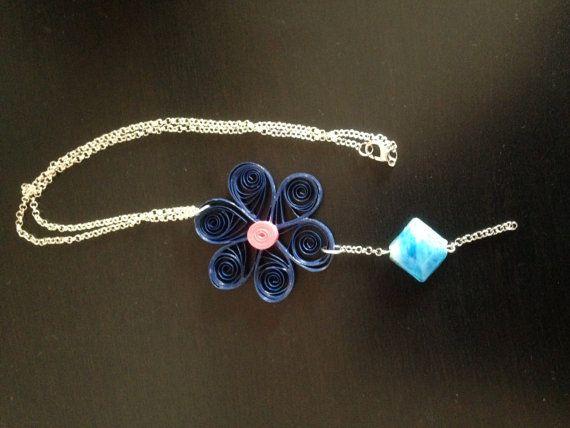 Collana di carta, a forma di fiore, colore blu, con pietra azzurra e bianca by lafantasianellemani #italiasmartteam #etsy