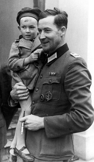 Wehrmacht officer Wilm Hosenfeld with one of his children in 1939