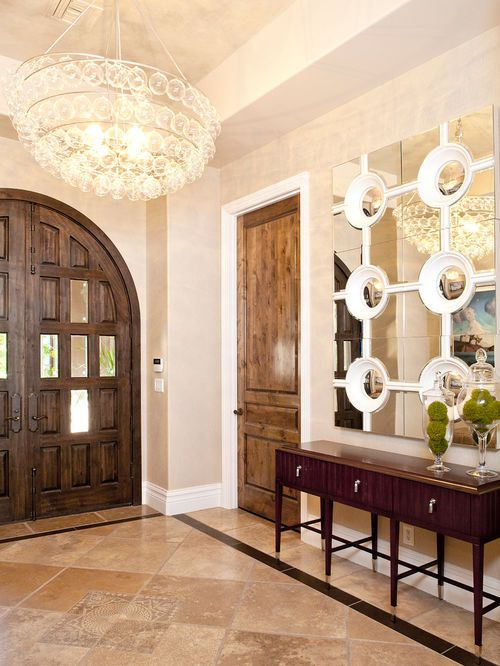 Am nagement d 39 un hall d 39 entr e contemporain de taille moyenne avec une porte en bois fonc une for Taille porte entree