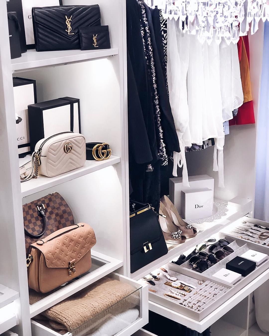 𝐕𝐄𝐑𝐄𝐍𝐀  Fashion Blogger en 15  Idée déco dressing, Idée