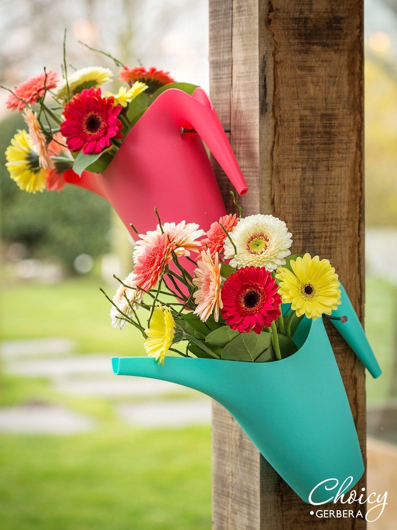Bloom up your garden, veranda or front door with this fun DIY watering cans with flowers #DIY #flowers
