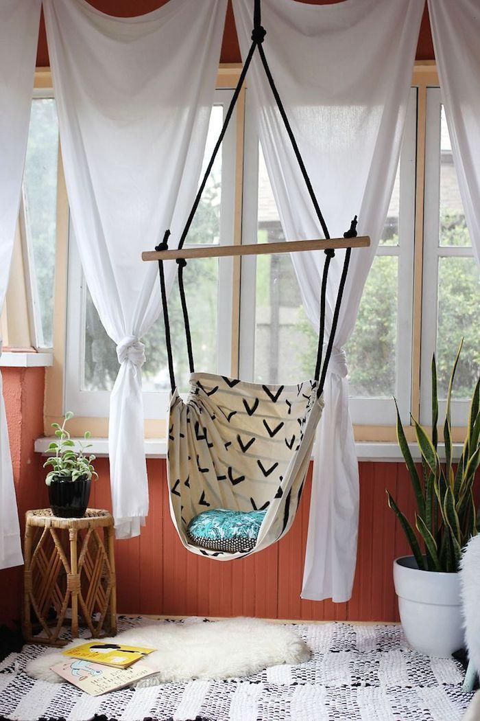 Schaukel selber bauen im Wohnzimmer mit weißen Gardinen und ein - wohnzimmer ideen gardinen
