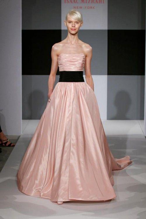 Vestido de novia rosa con cinto negro - Foto Isaac Mizrahi for ...