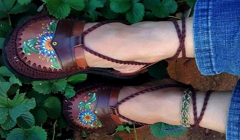 Sapatilha artesanal pintada à mão de couro e com detalhes em crochê. Conheça mais em nossa página no Facebook Sônia Pasck - Tudoart: https://www.facebook.com/soniapasck.tudoart/