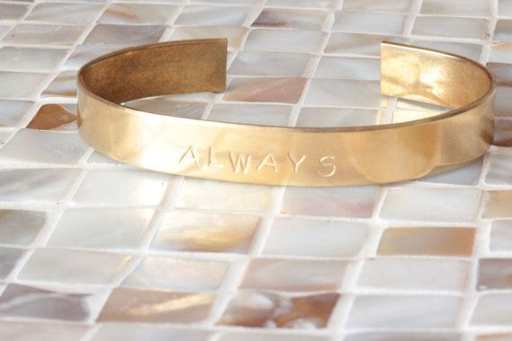 https://www.etsy.com/es/listing/244019015/custom-name-gold-cuff-bracelet-quote?ga_order=most_relevant&ga_search_type=all&ga_view_type=gallery&ga_search_query=custom%20name&ref=sr_gallery_28