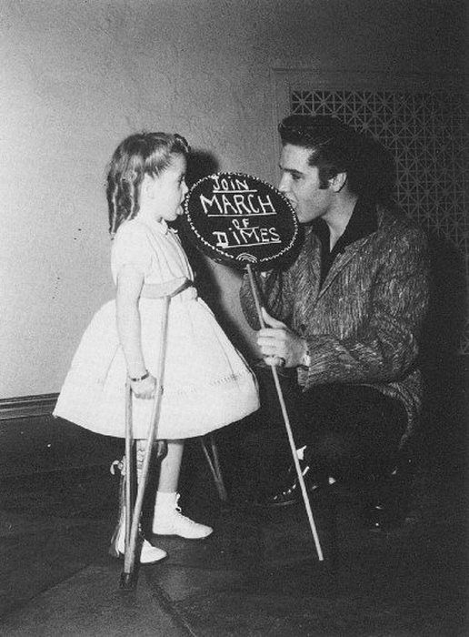 have always assumed that only one photo existed of Joanne giving Elvis a kiss. But here you see them  eating the lollipop.