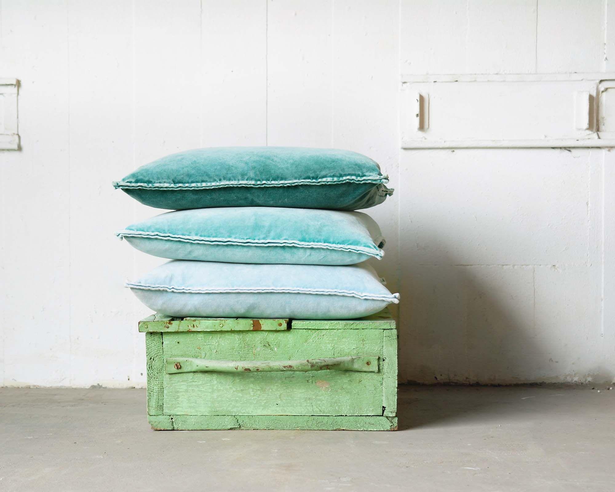 Zomerse stonewashed fluwelen kussens in aqua groen en blauw