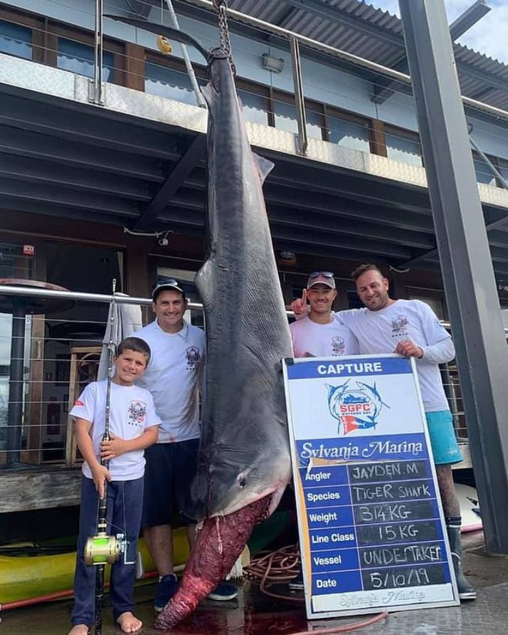 Jayden, el niño de 8 años que capturó a un tiburón de 314