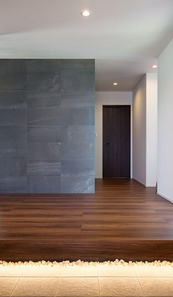 玄関入って正面のエコカラット 足元の間接照明がより落ち着いた雰囲気