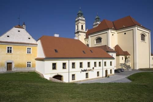 Hotel Salety Valtice Located in the historical part of Valtice in the Lednice-Valtice Area, in the wine region of Moravia, Hotel Salety offers free WiFi, free parking and a terrace. Valtice Castle can be found right next to the property.