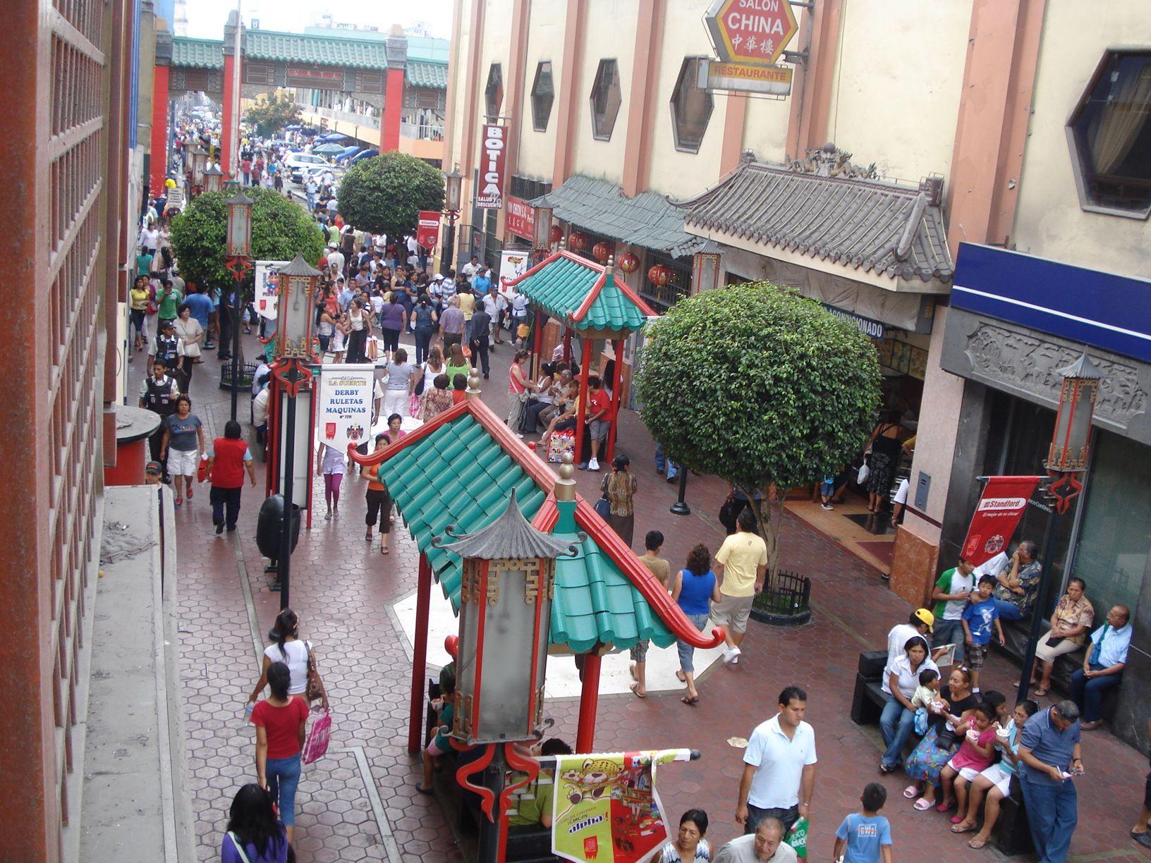 Gente caminando por las calles del barrio chino en Lima