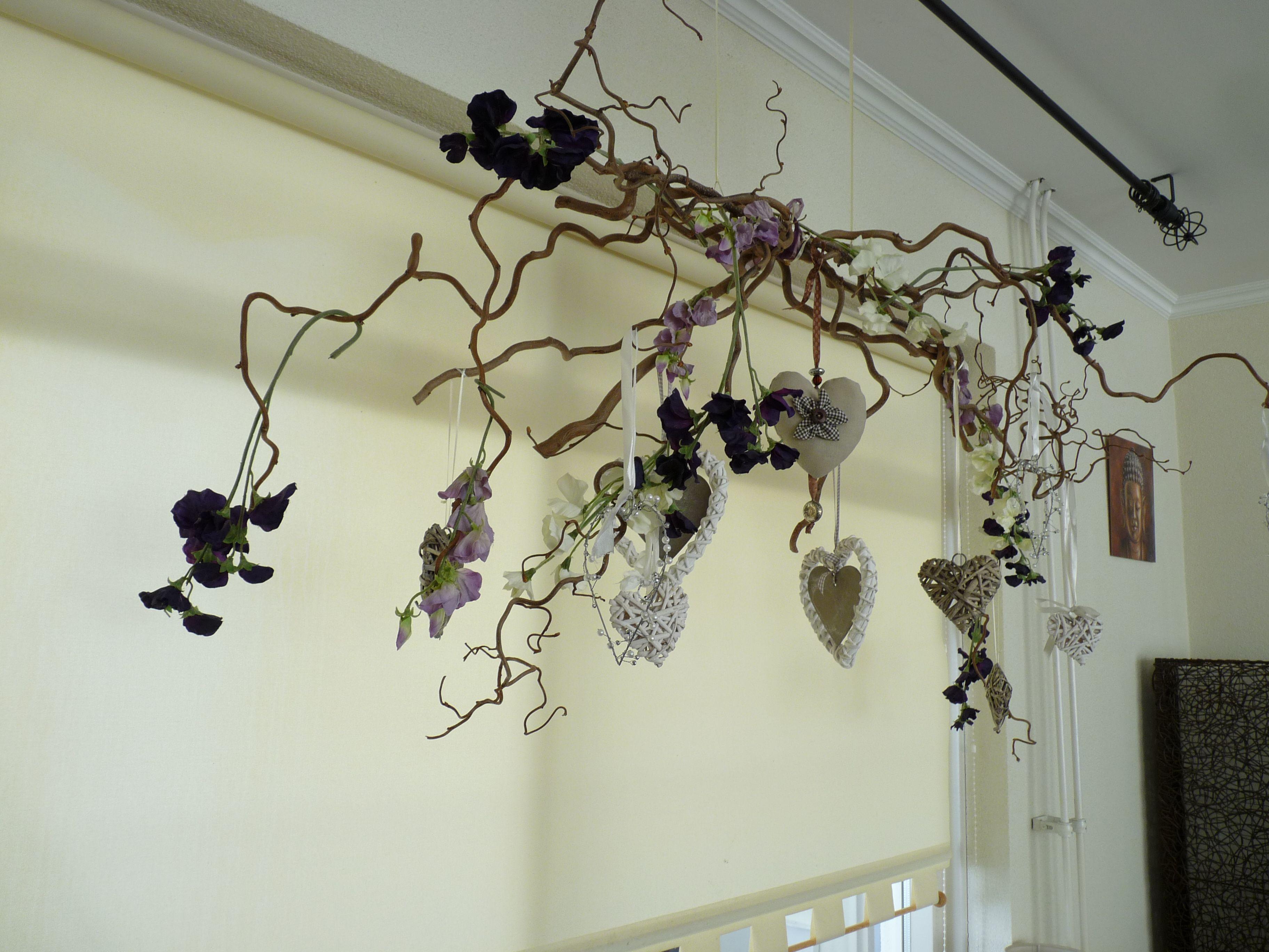Van krulhazelaar takken een hangende decoratie gemaakt met zijdebloemen lathyrus en allerlei - Versieren van een muur in ...