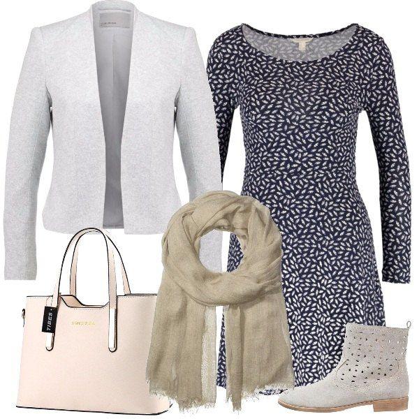 Una giornata al lavoro con un vestitino allegro, da indossare con un blazer chiaro e degli stivaletti leggeri. La borsa a mano è in un delicato color ghiaccio, mentre il foulard è leggermente più scuro.