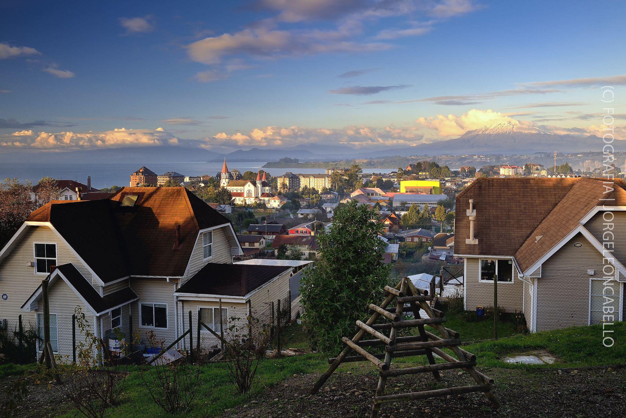 https://flic.kr/p/tmMsEC | Mirador de los volcanes - Puerto Varas (Patagonia - Chile) | Puerto Varas es la capital turistica del sur de Chile. Ubicada en la Provincia de Llanquihue en la Región de Los Lagos, a orillas del Lago Llanquihue a 1016 kms al sur de Santiago y a 20 kms al norte de Puerto Montt. La ciudad fue fundada en 1853 a partir de la colonizacion principalmente de emigrantes provenientes de Alemania y Suiza hoy cuenta con 32.000 habitantes. Destaca por su belleza escenica, o...