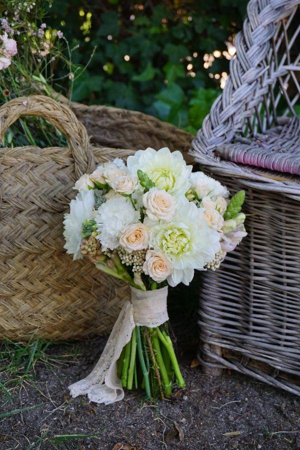 Bouquet de flores naturales con dalias  7aae82b5d557