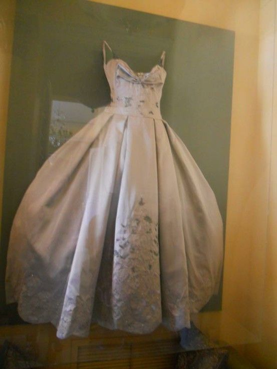 huge shadow box for your wedding gown..... such a good idea .... IF ...