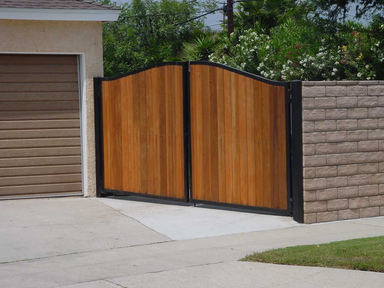 Galvanized steel frame drive gate fence dallas wood gate - Exterior Cool Garden And Front Yard Design As Home Exterior Decoration Using Black Iron And Wooden Fence Gate Oak Wooden Fence Gate Black Iron Gate Slot
