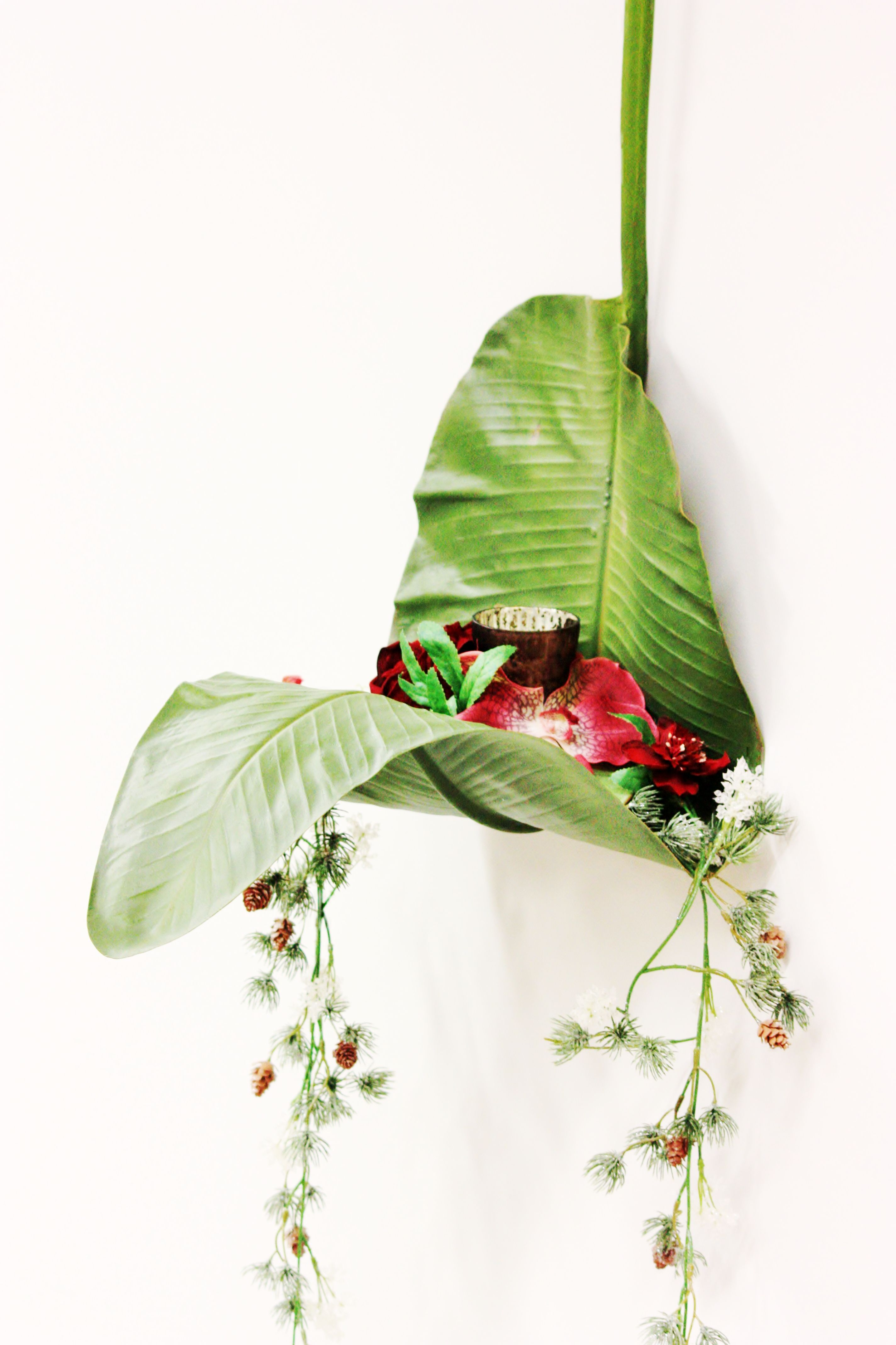 Sia school. T-Lite colgante hecho con una hoja de plátano como soporte y restos de flores variadas. Es muy fácil de hacer y el resultado es muy impactante