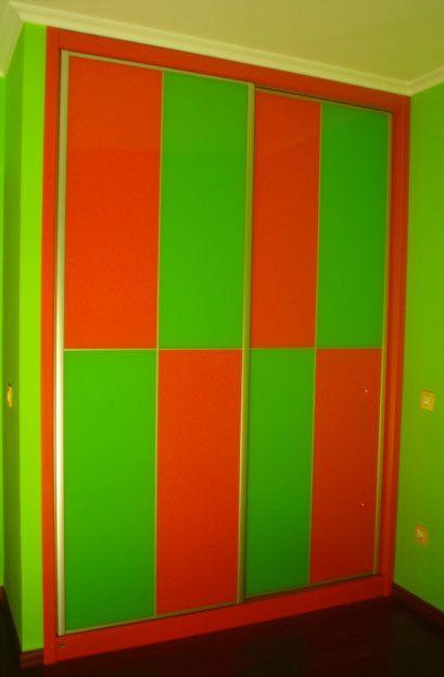Armario empotrado con puertas correderas en Lacobel de dos colores by Casabó interiorismo