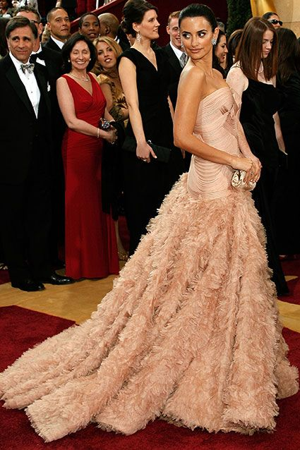 Penelope Cruz In Atelier Versace 2007 The First A Long Line Of Feathery Skirts S Bold Fashion Choice Stood Out Awards Season