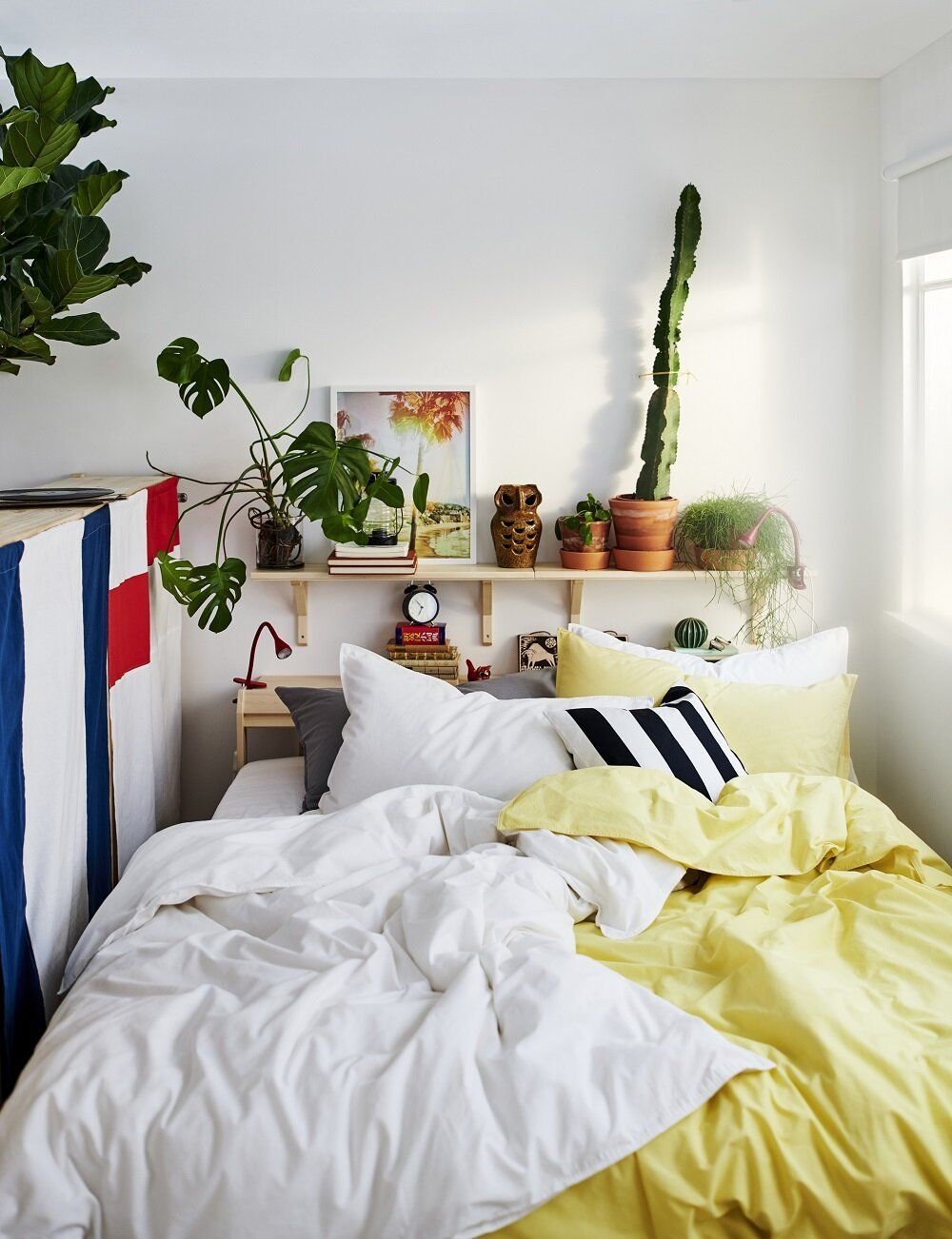 Schmales Ikea Schlafzimmer Mit Regal Uber Dem Bett Aus Dem Ikea Katalog 2021 Ein Handbuch Fur Einen Besseren Alltag Kleiner Raum Neue Wohnung Regal Uber Bett