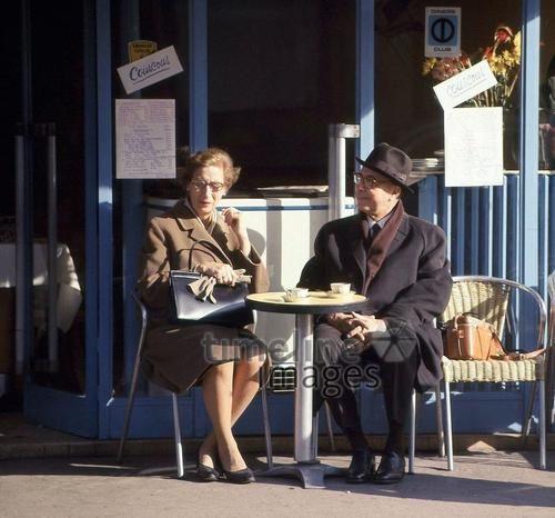 Paar im Cafe a la Deux in Clignancourt in Paris, 1967 Juergen/Timeline Images #Paris #60er #Ehepaar #Café #Sonnenstrahlen #Sonne