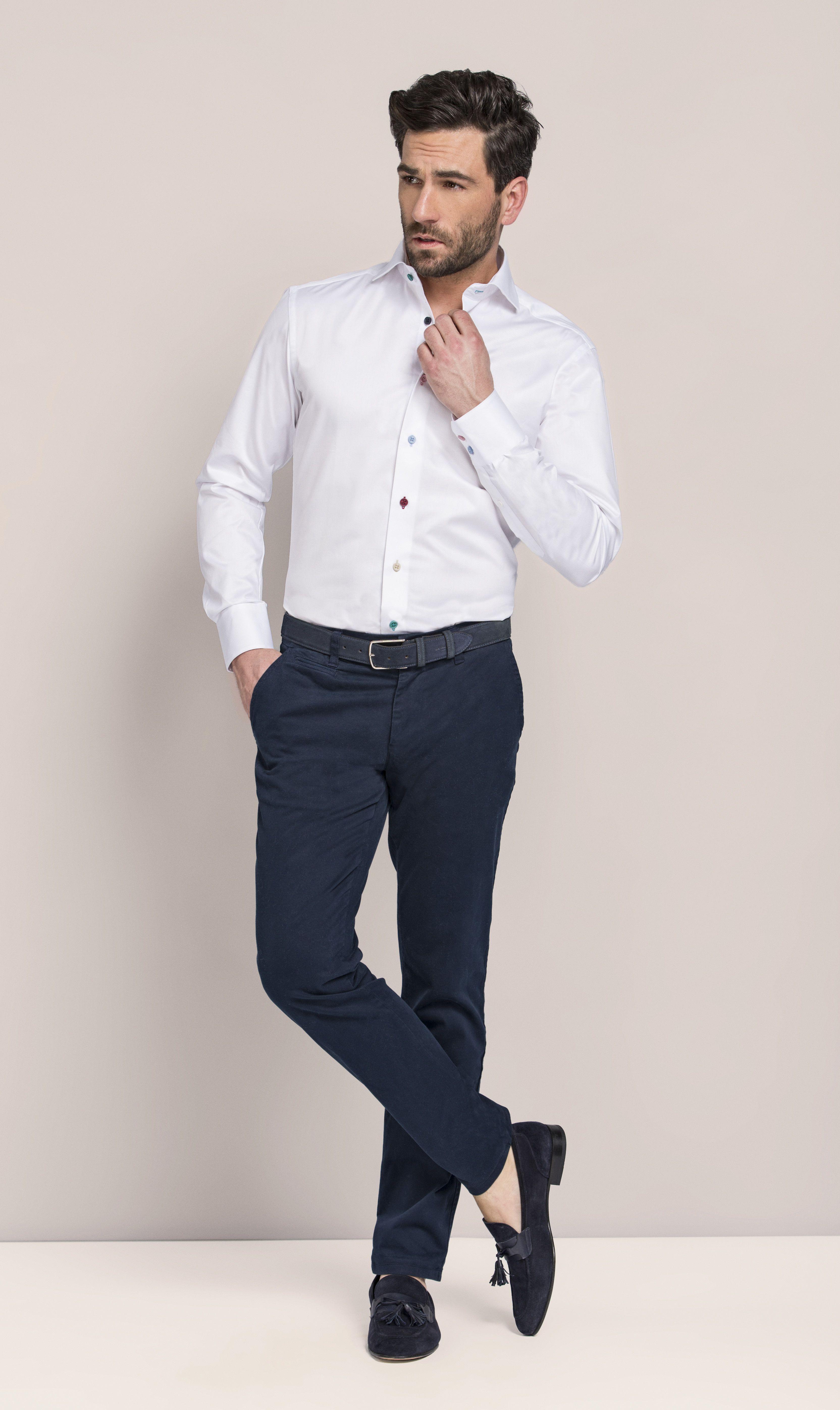 02615362a Look masculino com camisa social branca e calça azul marinho ...