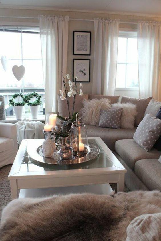 gemütliches kleines wohnzimmer mit weißen orchideen auf dem ...