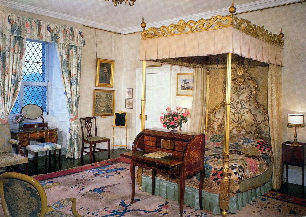Buckingham Palace Bedrooms  Queens Bedroom at Buckingham