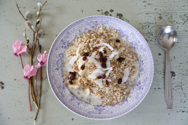 Marjoja, kaurahiutaleita, rusinoita ja siemeniä // Berries with banana, oatmeal, raisins and seeds