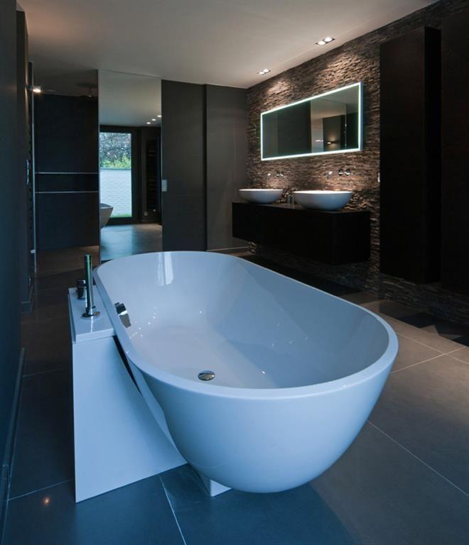Salle de bain moderne grise à lu0027ambiance feutrée avec baignoire îlot - Salle De Bain Moderne Grise